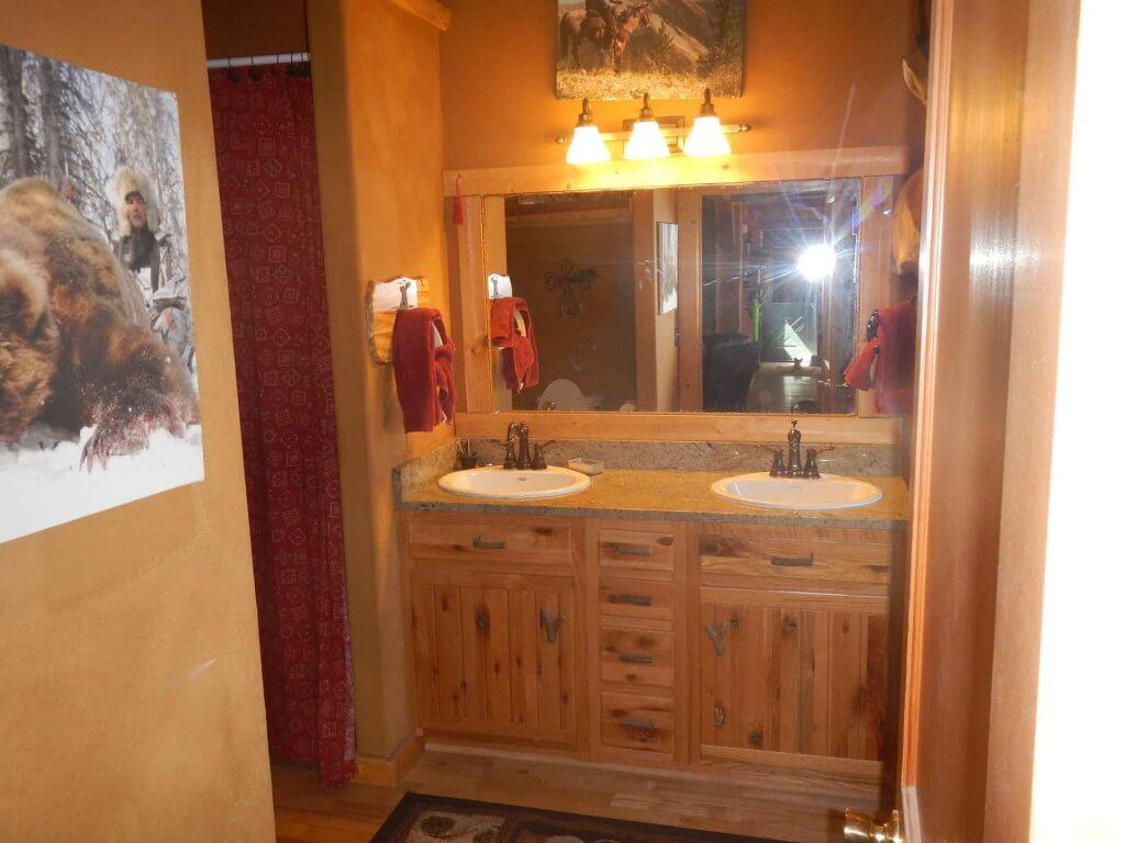 Moose Den bedroom private bathroom
